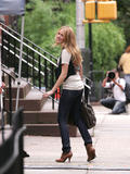 th_07052_Blake_Lively_on_the_set_of_Gossip_Girl-001_122_980lo.jpg